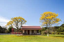 Fazenda Laranjeiras: Casas rústicas por ISLA ARQUITETURA, INTERIORES E DESIGN