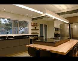Cozinha Gourmet 2: Cozinhas modernas por MONICA SPADA DURANTE ARQUITETURA