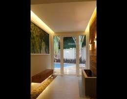 Hall de acesso a Piscina: Corredores e halls de entrada  por MONICA SPADA DURANTE ARQUITETURA