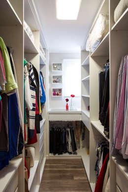 Vestidores de estilo moderno de Amanda Pinheiro Design de interiores