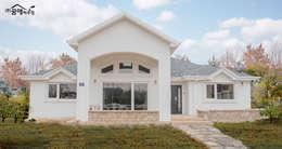 Projekty, śródziemnomorskie Domy zaprojektowane przez 꿈애하우징