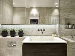 Baños de estilo moderno por Tailored Living Interiors