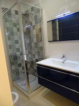 Piccolo bagno  cieco ricavato.: Bagno in stile in stile Eclettico di NicArch