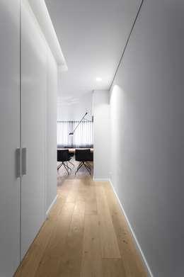 Pasillos y recibidores de estilo  por PAULO MARTINS ARQ&DESIGN
