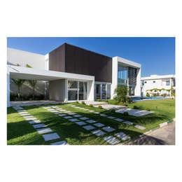 Casa MR . Paraíso dos Lagos: Casas minimalistas por Quattro Arquitetura