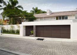 FACHADA: Casas de estilo moderno por GHT EcoArquitectos