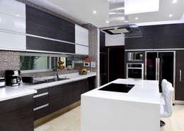 Remodelación Casa-Habitación 850m2: Cocinas de estilo moderno por GHT EcoArquitectos