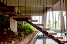 Pasillos y recibidores de estilo  por Inscape Designers