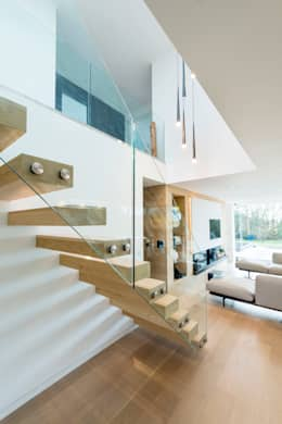 White Oaks Open Stairs: modern Corridor, hallway & stairs by Barc Architects