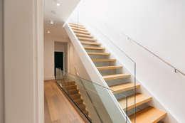 Corridor & hallway by FLUID LIVING STUDIO