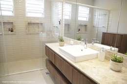 Baños de estilo moderno por Angelica Hoffmann Arquitetura e Interiores