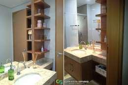Baños de estilo moderno por Camarina Studio
