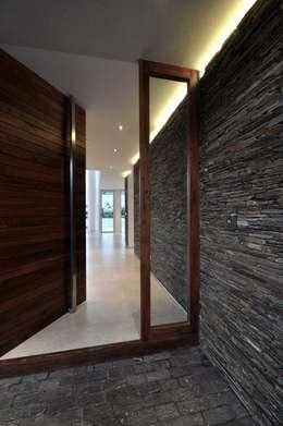 Paredes y pisos de estilo moderno por Spazio3Design