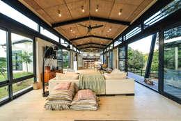 Livings de estilo industrial por Studious Architects