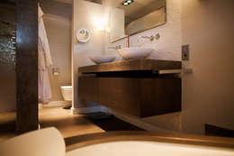 Gehele woonhuis landelijk chique: landelijke Badkamer door Wood Creations