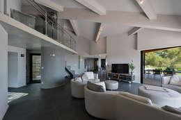 Réinvention Maison / La Cadière d'Azur: Salon de style de style Méditerranéen par Atelier Jean GOUZY