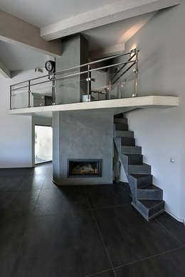 Réinvention Maison / La Cadière d'Azur: Couloir et hall d'entrée de style  par Atelier Jean GOUZY