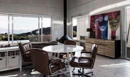 TARIFA HOUSE: Salas de estilo industrial por james&mau