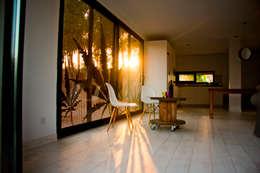 MENTA HOUSE: Salas de estilo industrial por james&mau