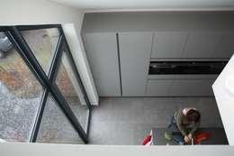 Villa in Vleuten: moderne Keuken door Architectenbureau Jules Zwijsen