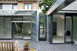 Moderne Uitbouw en aanbouw: moderne Huizen door Architectenbureau Jules Zwijsen