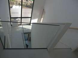 Wit modern huis Cronenburgh:  Gang en hal door Architectenbureau Jules Zwijsen