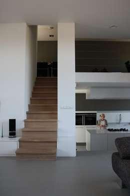 Hoekwoning Boddenkamp Enschede: moderne Woonkamer door Architectenbureau Jules Zwijsen