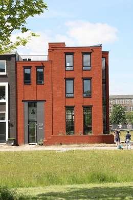 Hoekwoning Boddenkamp Enschede: moderne Huizen door Architectenbureau Jules Zwijsen