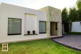 VILLA HACIENDA DE LA ESPERANZA: Casas de estilo minimalista por Arq. Beatriz Gómez G.