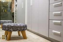 VILLA HACIENDA DE LA ESPERANZA: Vestidores y closets de estilo minimalista por Arq. Beatriz Gómez G.