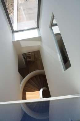 Knikwoning:  Gang en hal door Architectenbureau Jules Zwijsen