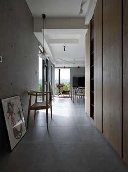 2號‧源:  走廊 & 玄關 by 洪文諒空間設計