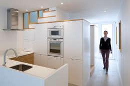 Cocinas de estilo minimalista por AMBA