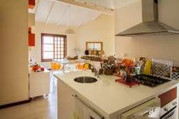 Casa de Praia: Cozinhas modernas por Cristiana Casellato Arquitetura e Interiores