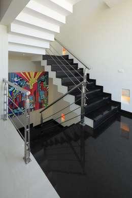 Pasillos, vestíbulos y escaleras de estilo  por arketipo-taller de arquitectura