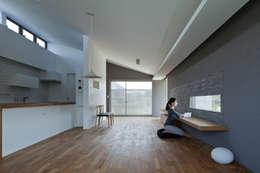 MT-house: 森裕建築設計事務所 / Mori Architect Officeが手掛けたリビングです。
