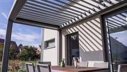 Pergola mit elektrisch verstellbaren Lamellen:  Terrasse von KitzlingerHaus GmbH & Co. KG