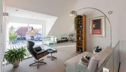 Galerie mit Leseecke und Arbeitsplatz: moderne Arbeitszimmer von KitzlingerHaus GmbH & Co. KG