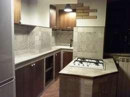 """Una """"grande"""" cucina in un piccolo spazio!: Cucina in stile in stile Minimalista di T.A. arredo_arredamento su misura"""