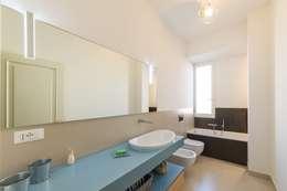 Baños de estilo moderno por Amodo