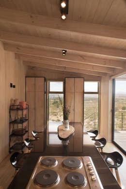 The Folding House: Cocinas de estilo moderno por B+V Arquitectos