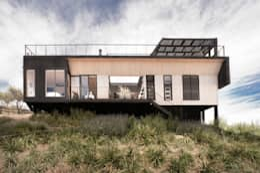 The Folding House: Casas de estilo moderno por B+V Arquitectos
