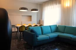ristrutturazione e arredo di un appartamento anni '50: Soggiorno in stile in stile Moderno di Flavia Benigni Architetto