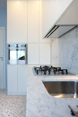 ristrutturazione e arredo di un appartamento anni '50: Cucina in stile in stile Moderno di Flavia Benigni Architetto