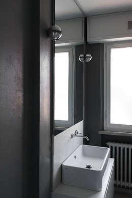 ristrutturazione e arredo di un appartamento anni '50: Bagno in stile in stile Moderno di Flavia Benigni Architetto