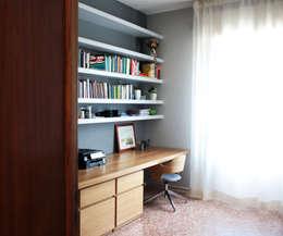 ristrutturazione e arredo di un appartamento anni '50: Studio in stile in stile Moderno di Flavia Benigni Architetto