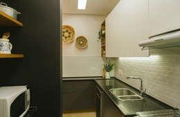 Apartamento MM: Cozinhas minimalistas por MZNO