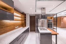 Cocinas de estilo moderno por Sobrado + Ugalde Arquitectos