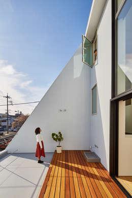 バルコニーテラス: 武藤圭太郎建築設計事務所が手掛けたベランダです。