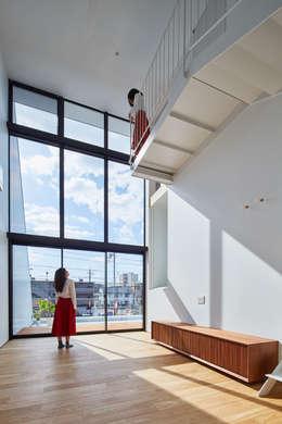 リビング: 武藤圭太郎建築設計事務所が手掛けたリビングです。